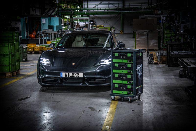 Porsche Taycan mit speziellem Werkstattwagen für die Produktion des Taycan.